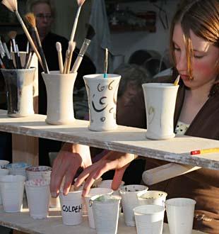 Decoreren van theepotten voor turandot in volle gang 21 december 2005 - Decoreren van een gang ...